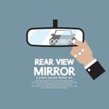 La réflexion de la voiture dans le miroir de vue arrière Image stock