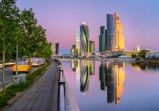 La réflexion de la ville de Moscou pendant le matin Image stock