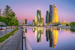 La réflexion de la ville de Moscou pendant le matin Photo stock