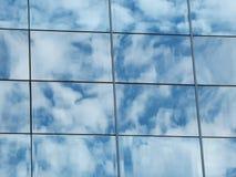 La réflexion du ciel nuageux dans le mur en verre Images libres de droits