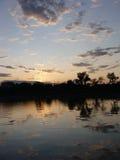 La réflexion du coucher de soleil sur le lac photographie stock libre de droits