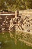La réflexion du temple dans l'eau photographie stock