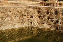 La réflexion du temple dans l'eau photographie stock libre de droits
