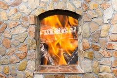 La réflexion du vrai feu dans un sapin de pierre décorative de miroir photographie stock libre de droits