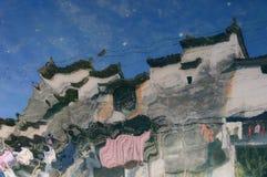 La réflexion en rivière d'une maison traditionnelle de fourchette en Chine du sud Photos stock