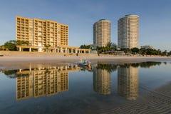 La réflexion et le ciel bleu chez Huahin échouent, Thailan Images stock