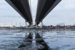 La réflexion sur le pont en rivière d'hiver Image stock