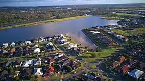La régate arrose le domaine à côté de l'île d'espoir de vue de matin de rivière de Coomera, la Gold Coast avec le grand lotisseme Photo stock