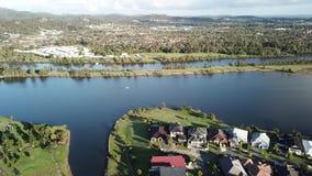 La régate de lever de soleil arrose le domaine la Gold Coast d'île d'espoir de lac et de rivière de Coomera banque de vidéos