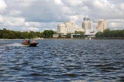 La région de l'eau de l'étang de ville à Yekaterinburg Image libre de droits