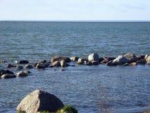 La région de la mer, incluse par des pierres image stock