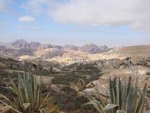 La région orientale de désert de la Jordanie Paysages des déserts et des roches en pierre le long de la route à PETRA images stock