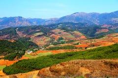 La région scénique de sol rouge d'éblouissement Dongchuan image libre de droits