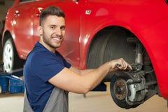La réparation d'une voiture freine Images libres de droits