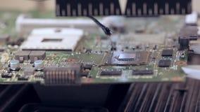 La réparation de l'électronique chauffe le circuit pour enlèvent la puce cassée clips vidéos