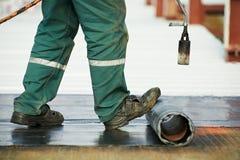 La réparation de revêtement de toit plat fonctionne avec le feutre de toiture Images stock