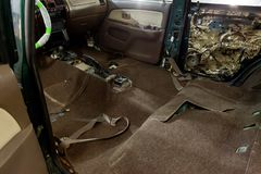 La réparation du beige intérieur de la voiture et brun, a enlevé les panneaux protecteurs des portes latérales, vous peut voir la photographie stock libre de droits