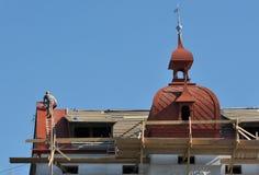La réparation travaille au remplacement des tuiles de toit en métal Photo stock