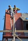 La réparation travaille au remplacement des tuiles de toit en métal Images stock