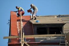 La réparation travaille au remplacement des tuiles de toit en métal Photographie stock