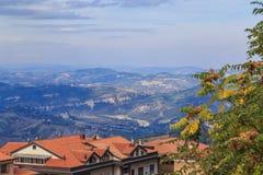 La république de San Marino et l'Italie, les toits et les collines Photo libre de droits
