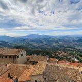 La république de San Marino et l'Italie, toits, jour nuageux Images libres de droits