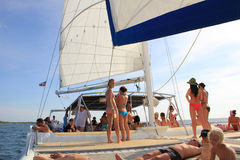 La République Dominicaine - 10 octobre 2012 : faites la fête sur le bateau pendant la visite sur l'île Photos libres de droits