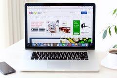 La rétine de MacBook Pro d'ordinateur portable avec le chantier Ebay sur l'écran se trouve sur Photo stock