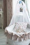La rétro chambre à coucher des enfants intérieurs avec une huche et un nounours en osier b photo stock