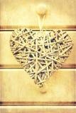 La rétro croix a traité l'image des coeurs sur le bois Photographie stock