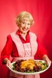 La rétro femme au foyer fait cuire le repas de vacances Image libre de droits
