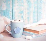 La rétro pile de tasse de vintage réserve sur le fond en bois bleu Image libre de droits