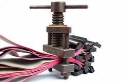 La rétro presse à vis en métal serre de vieux câbles d'ordinateur photo stock