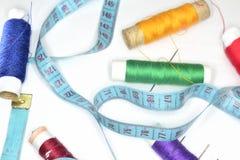 La rétro règle bleue et beaucoup ont coloré la boucle avec des aiguilles Photo libre de droits