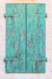 La rétro turquoise en bois de vieux vintage a fendu des abat-jour de fenêtre de peinture, Photo libre de droits