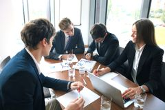 La réunion d'affaires dans un bureau, les hommes d'affaires discutent un document Image stock