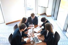 La réunion d'affaires dans un bureau, les hommes d'affaires discutent un document Photographie stock