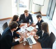 La réunion d'affaires dans un bureau, les hommes d'affaires discutent un document Photo libre de droits