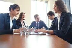 La réunion d'affaires dans un bureau, les hommes d'affaires discutent un document Photos libres de droits