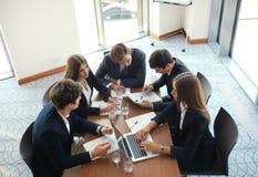 La réunion d'affaires dans un bureau, les hommes d'affaires discutent un document Photo stock