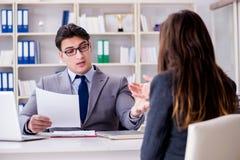 La réunion d'affaires entre l'homme d'affaires et la femme d'affaires Images stock