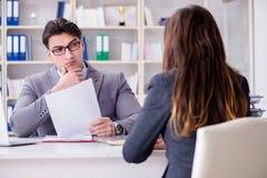 La réunion d'affaires entre l'homme d'affaires et la femme d'affaires Image libre de droits