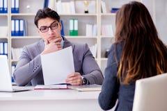 La réunion d'affaires entre l'homme d'affaires et la femme d'affaires Photo stock