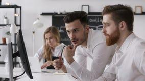La réunion de discussion des personnes groupent pour le plan de démarrage du travail d'affaires dans le bureau