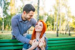 La réunion romantique des couples d'amour en été se garent Images stock