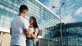 La réunion très attendue aux couples affectueux d'aéroport Aimez et étreignez-vous Réunion de deux personnes affectueuses lent banque de vidéos