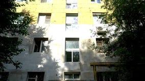 La révision de la vieille maison L'isolation de mur Plâtrage des murs banque de vidéos