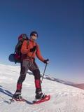 La racchetta da neve dell'alpinista è la neve Fotografia Stock