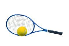 La racchetta di tennis blu e la palla gialla hanno isolato il bianco Fotografia Stock