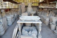 La raccolta degli oggetti ha trovato durante gli scavi a Pompei antica Fotografia Stock Libera da Diritti